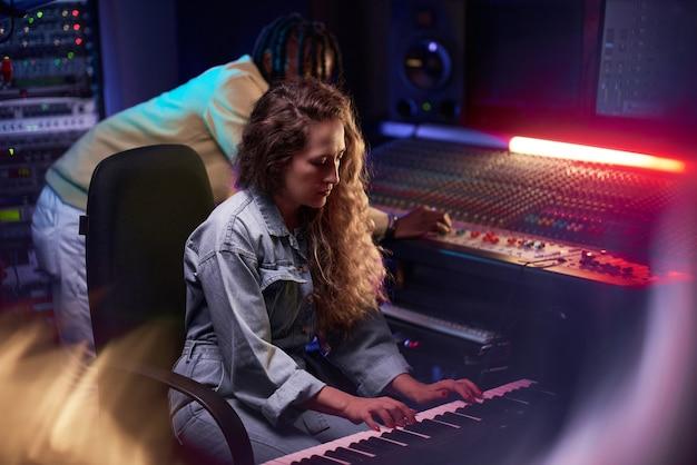 スタジオで楽器を演奏する人