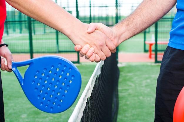 パドルテニスとも呼ばれるパドルテニスをしている人