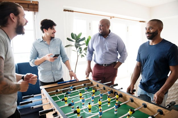 테이블 축구를 하는 사람들