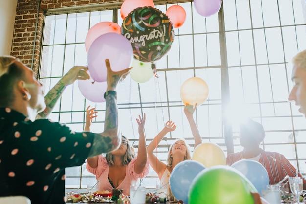 パーティーで風船で遊ぶ人