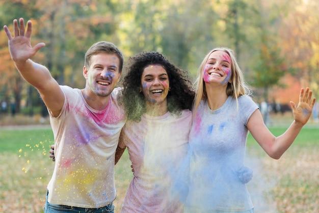 祭りで色のペンキで遊ぶ人