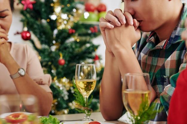 夕食前に祈る人