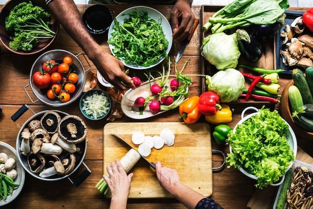 사람들은 신선한 야채를 준비