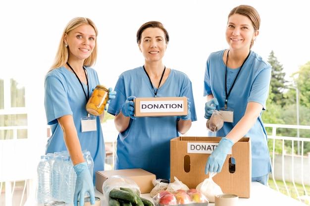 Persone che preparano scatole con disposizioni per il giorno del cibo