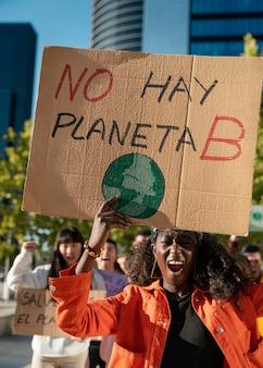 환경을 위해 항의하는 사람들이 가까이
