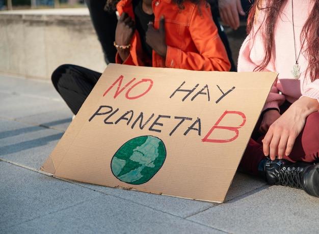 현수막으로 환경을 위해 항의하는 사람들
