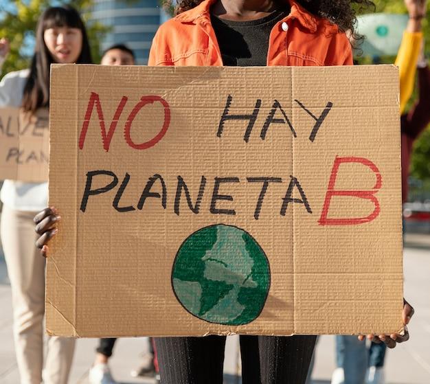 환경을 위해 항의하는 사람들