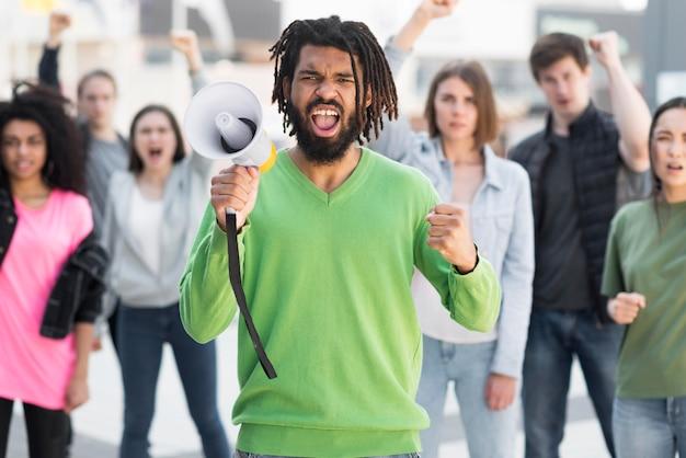 通り正面で抗議する人々
