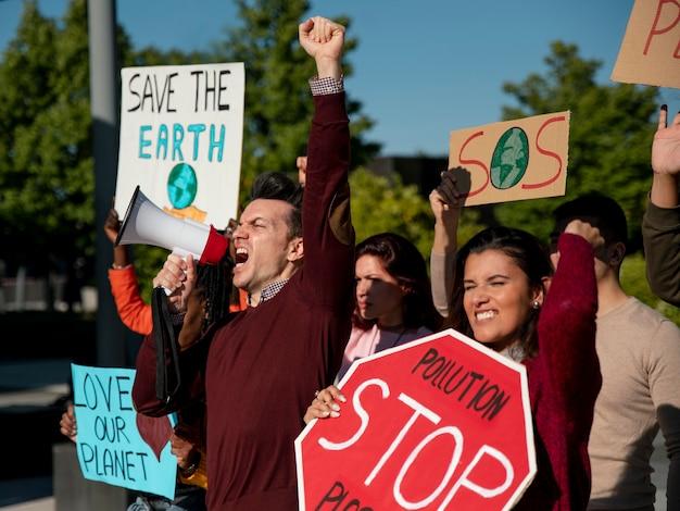 惑星を救うために抗議する人々がクローズアップ
