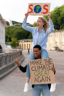지구 온난화에 함께 항의하는 사람들