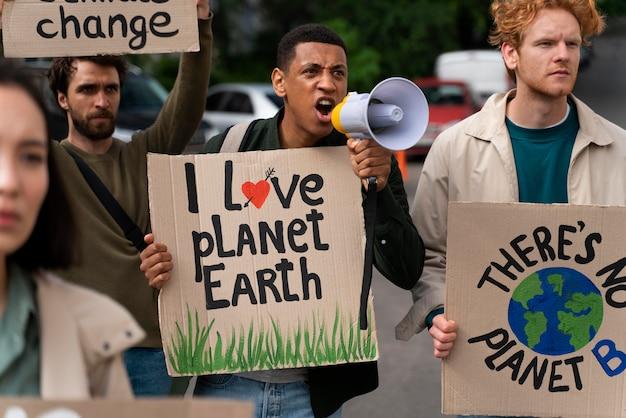Люди вместе протестуют против глобального потепления