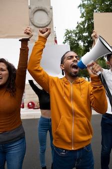 メガホンで抗議する人々がクローズアップ