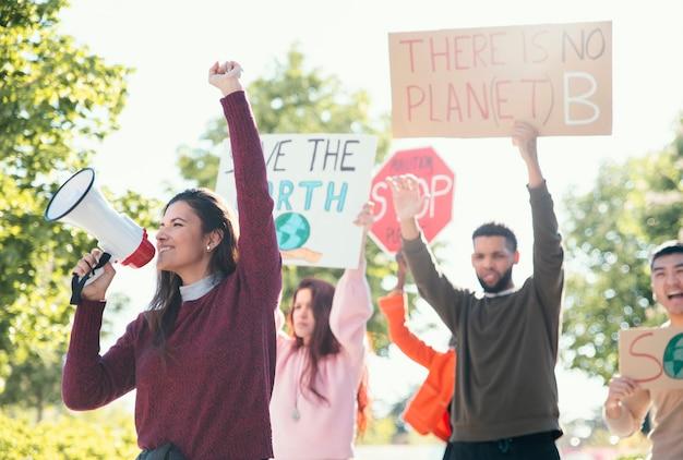 プラカードで抗議する人々がクローズアップ