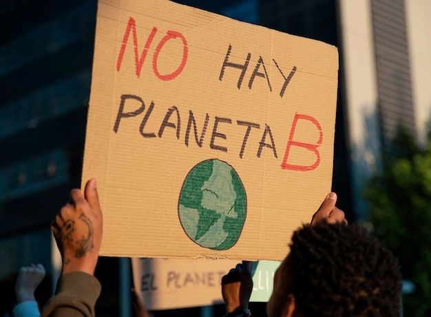Persone che protestano con cartelloni si chiudono