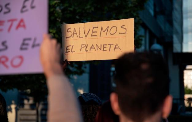 Persone che protestano con cartelloni