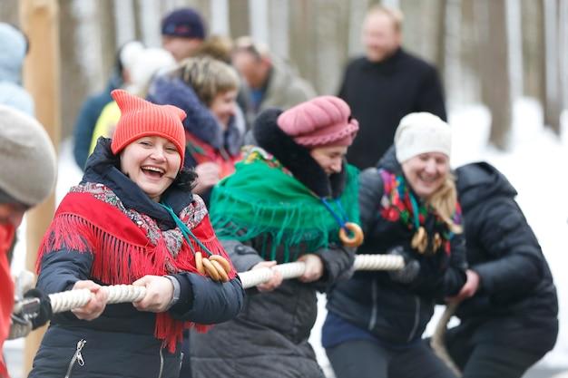 人々はお祭りでロープを引っ張る
