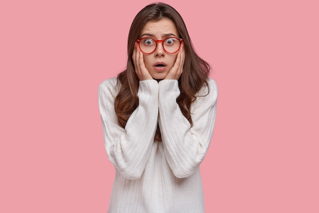 Люди, реакция и концепция выражения лица человека. шокированная нервная женщина трогает щеки от паники, встает обеспокоенно