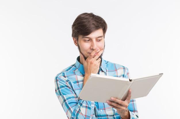 사람, 독서 및 교육 개념 - 흰색 바탕에 책을 읽는 젊은 남자