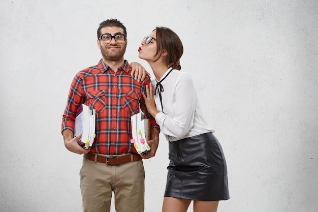 人、関係、愛の概念。エレガントな美しい女性は白いブラウスと黒い革のスカートを着ています。