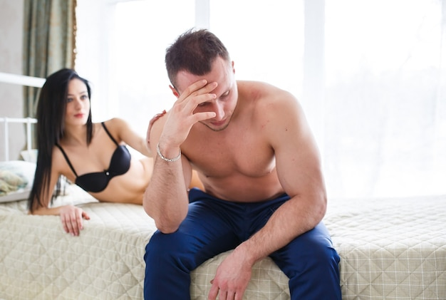 Люди, трудности в отношениях, конфликт и концепция семьи - несчастная пара, имеющая проблемы в спальне