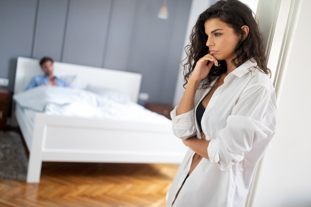 사람, 관계 어려움, 갈등, 가족 개념 - 침실에서 문제가 있는 불행한 부부