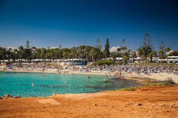 キプロスのニッシビーチでリラックスした人々