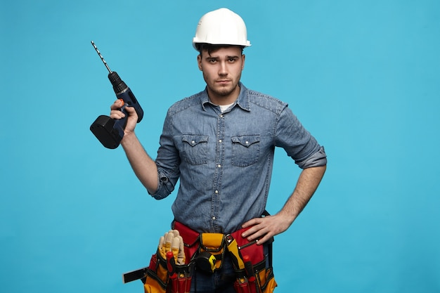 Люди, ремонт, оборудование и концепция ремонта.