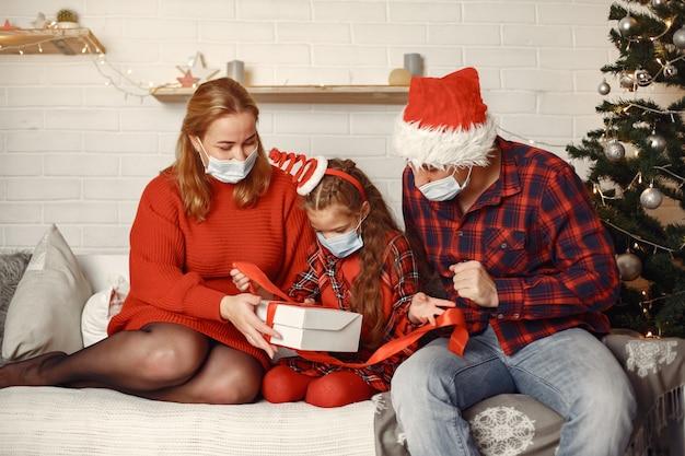 크리스마스를 위해 수리하는 사람들. 딸과 함께 노는 부모.