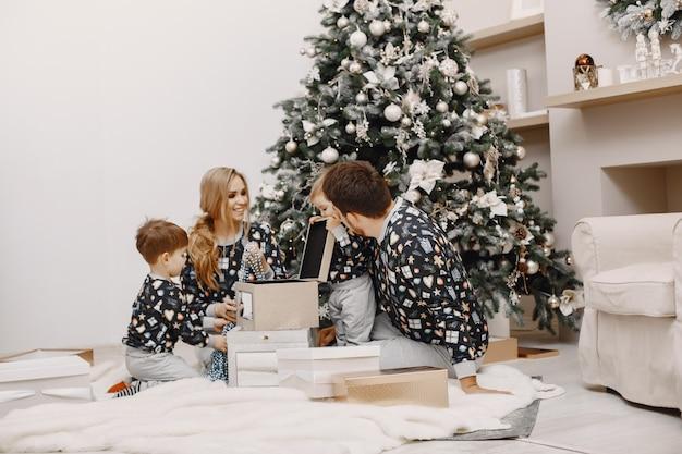 Люди ремонтируют на рождество. люди играют с ребенком. семья отдыхает в праздничном зале.