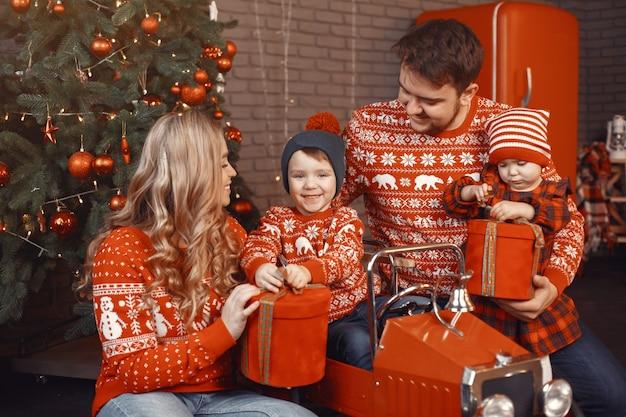 クリスマスのために修理する人々。娘と遊ぶ人。