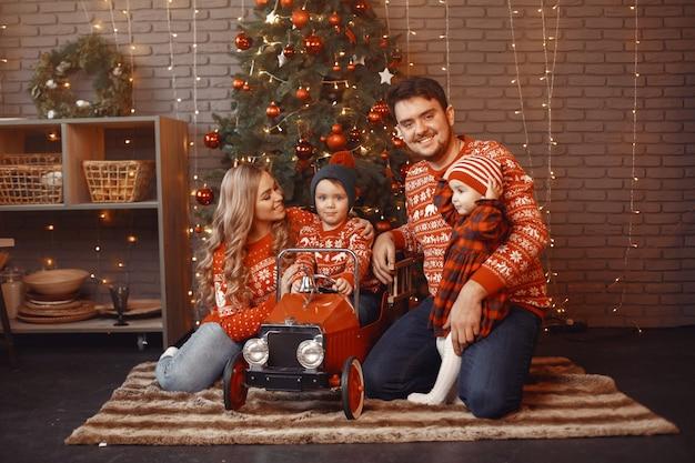 크리스마스를 위해 수리하는 사람들.