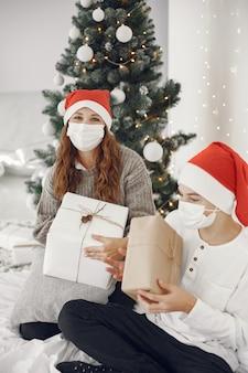 Люди делают ремонт к рождеству. тема коронавируса. мать играет со своим сыном. мальчик в белом свитере.