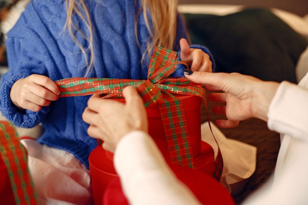 Люди делают ремонт к рождеству. мать играет со своей дочерью. семья отдыхает в праздничном зале. ребенок в синем свитере.