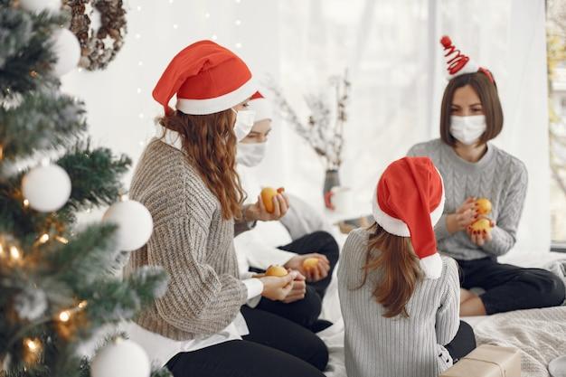 크리스마스를 돌보는 사람들. 자녀와 함께 노는 두 어머니. 코로나 바이러스 티임. 격리.