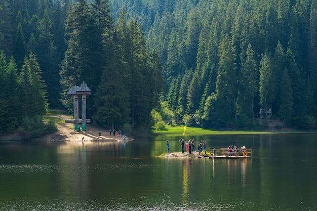 사람들은 쉬네비르 국립 자연 공원 우크라이나에서 카르파티아 산맥의 아름다움을 감상하며 휴식을 취합니다.
