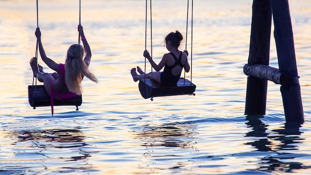 사람들은 저녁에 물에서 그네를 탄다. 여름 스포츠 레저