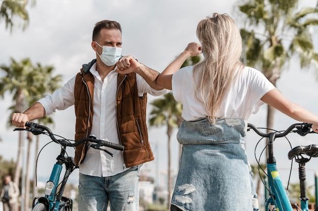 医療用マスクを着用して自転車に乗る人