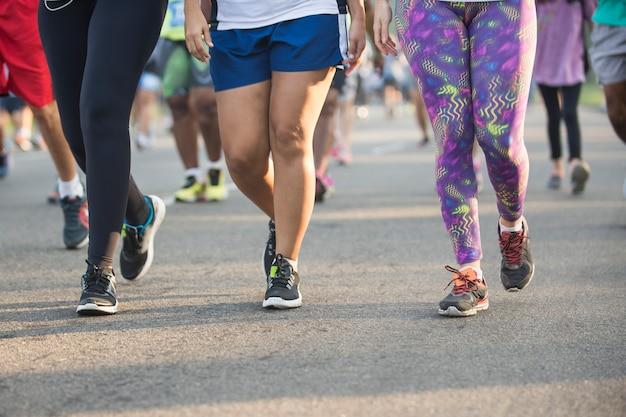 Люди, участвующие в уличных гонках по асфальту