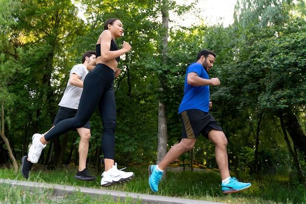 함께 달리는 사람들 풀샷