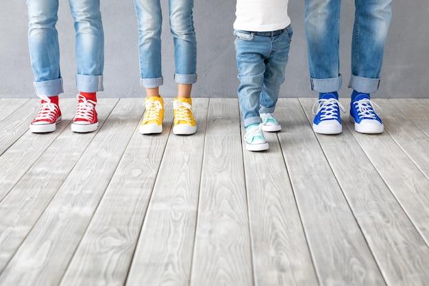 화려한 스니커즈를 입은 사람들의 발