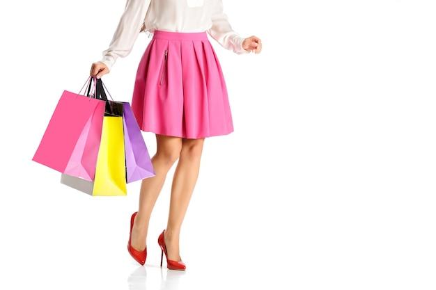 Люди, распродажа, концепция черной пятницы - женщина с хозяйственными сумками, изолированными на белом фоне
