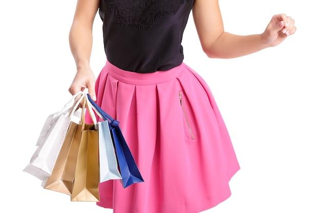 Люди, распродажа, концепция черной пятницы - женщина с хозяйственными сумками, изолированными на белом