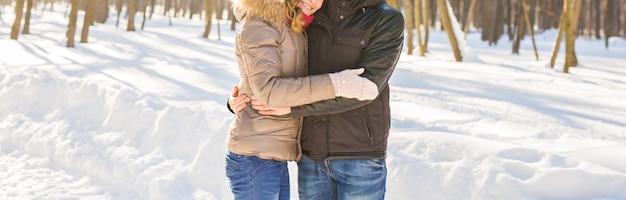 Люди, сезон, любовь и досуг концепция - счастливая пара на открытом воздухе зимой.