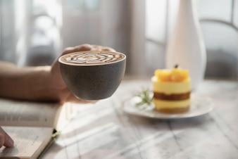 Люди подают красивый свежий расслабляющий утренний набор чашек кофе