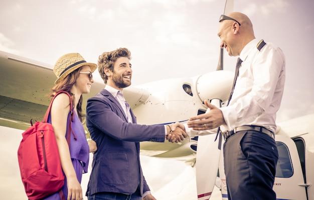 飛行機で握手する人々