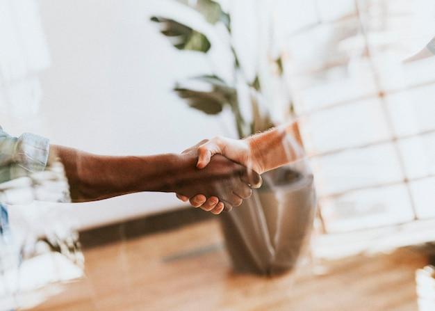 会議で握手する人