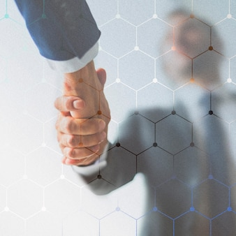 ビジネス契約の背景で握手する人々
