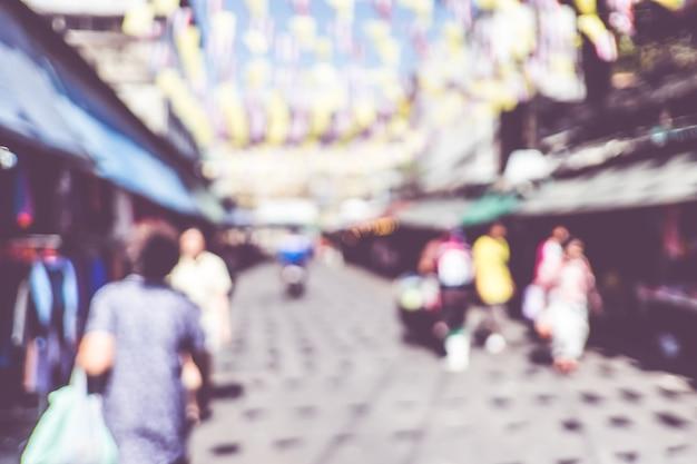 Люди покупают на ярмарке рынка в солнечный день