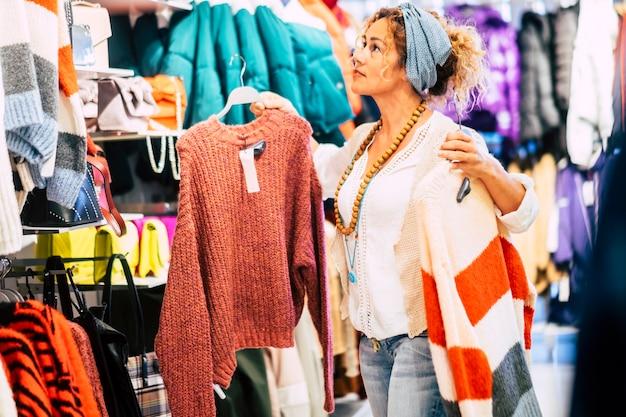 商業センターの衣料品店で買い物をする人