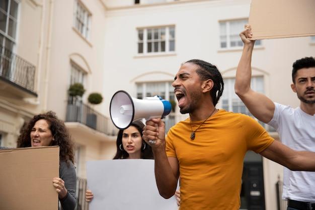 抗議で叫ぶ人々がクローズアップ